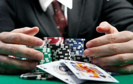 Pour gagner au poker, il faut avoir la meilleure combinaison de carte, mais forcément. En effet, on peut aussi bluffer pour gagner. Le poker est un jeu de hasard qui dépend surtout de la chance, mais aussi de la technique de jeu. Pour vous aider à devenir un as du poker, voici quelques conseils.